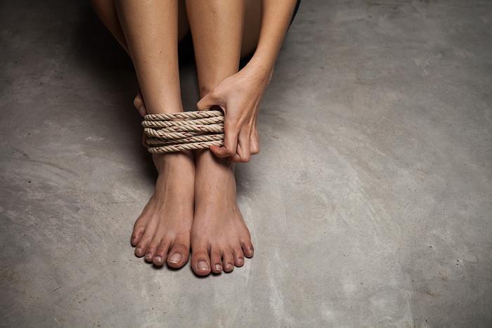 Ноги связаны веревкой