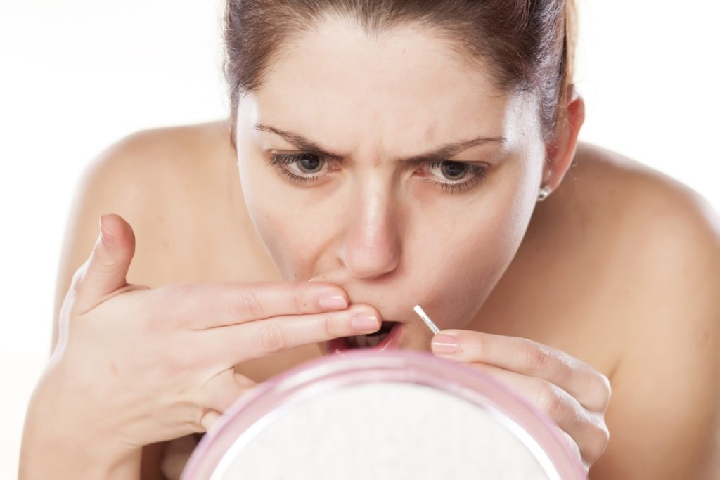 Удаление волосков с лица пинцетом