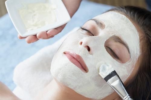 Нанесение кефирной маски на лицо